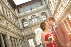 matrimonio-firenze-toscana-martina-e-jacopo-galleria-uffizi-bacio