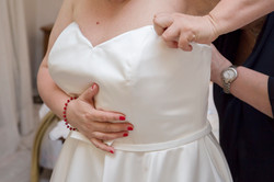 caludia-e-francesco-matrimonio-toscana-sposa-dettaglio-vestazione