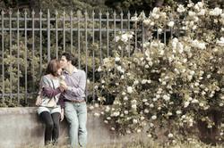 eva-e-paolo-servizio-fotografico-coppia-sesto-fiorentino-rose-bianche-bacio-sulla-fronte