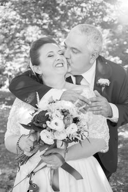 caludia-e-francesco-matrimonio-toscana-bacio-con-abbraccio