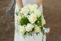 matrimonio-cristina-e-matteo-toscana-fiori-mazzolino-sposa-rose-bianche