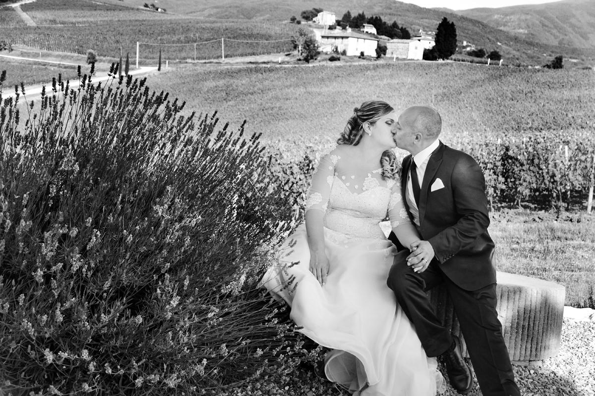 matrimonio-toscana-elena-e-sandro-toscana-pelago-bacio-bianco-e-nero-vigne