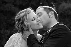 matrimonio-raffaella-e-vincenzo-sesto-fiorentino-firenze-bianco-e-nero-bacio-sulla-guancia