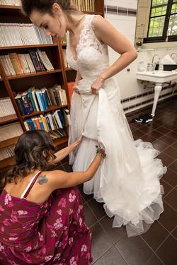 preparativi-sposa-con-damigella