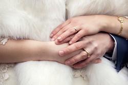 dettaglio-mani-sposi-anelli