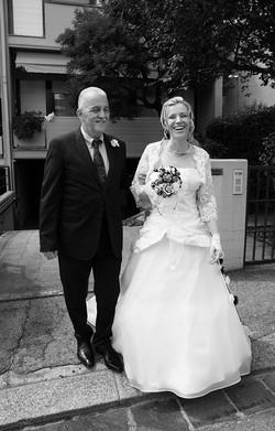 matrimonio-raffaella-e-vincenzo-sesto-fiorentino-firenze-bianco-e-nero-uscita-sposa-con-suo-padre
