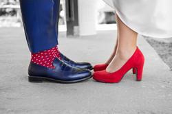 caludia-e-francesco-matrimonio-toscana-scarpe-rosse-e-blu