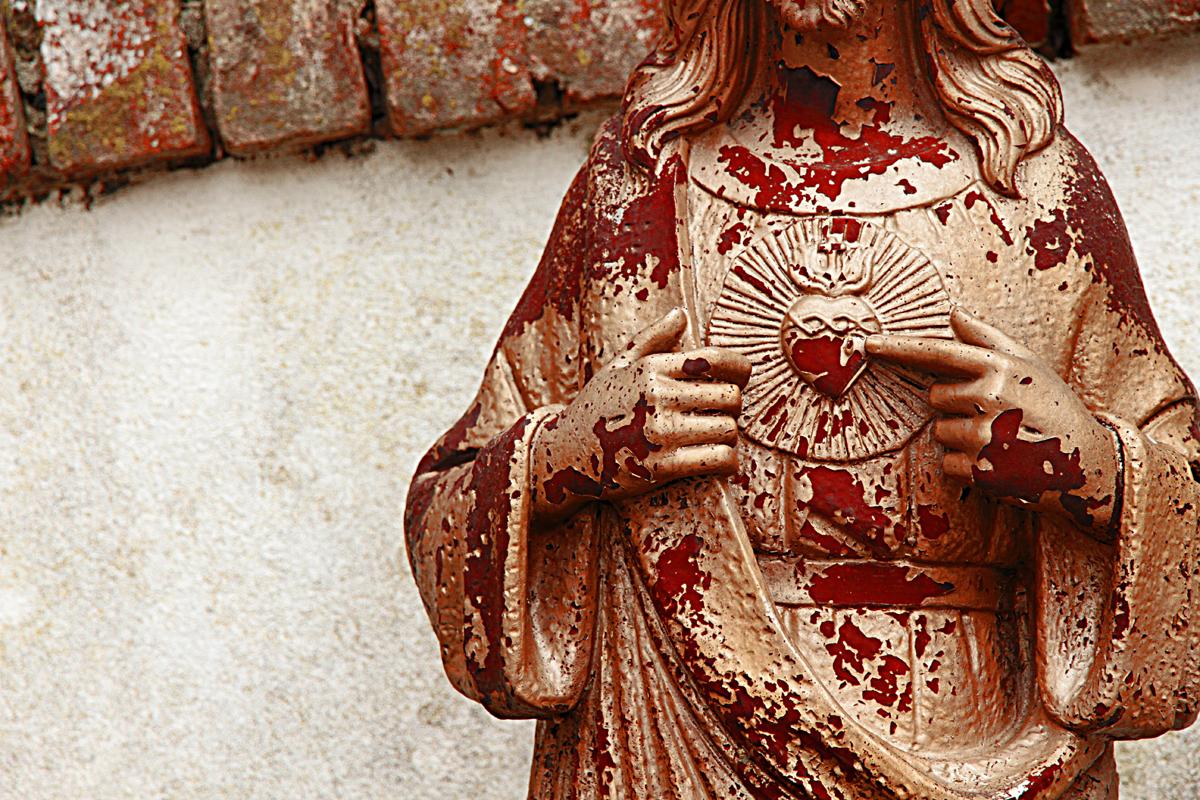 statua-cristo-cimitero-abbandono-sangue.