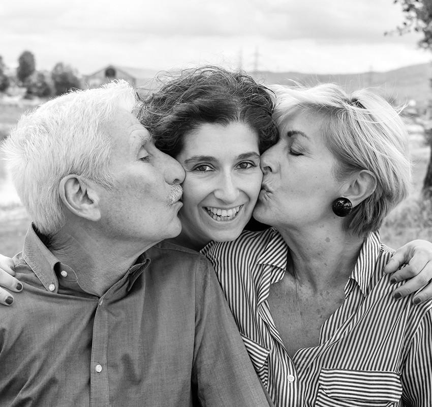genitori-e-figlia-bacio