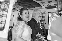 caludia-e-francesco-matrimonio-toscana-sposi-in-auto