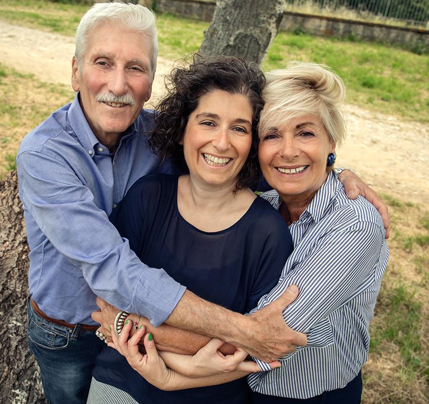 abbraccio-genitori-famiglia