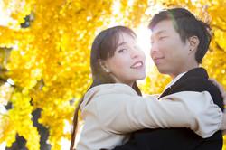 servizio-fotografico-coppia-autunno-foglie-gialle-riflesso-sole