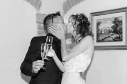 matrimonio-cristina-e-matteo-toscana-brindisi-bacio