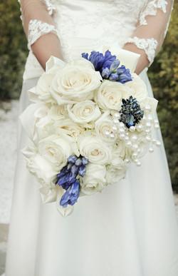 matrimonio-maura-e-giancarlo-castelfiorentino-toscana-mazzolino-rose-bianche-e-blu
