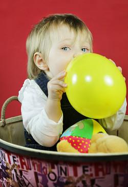 servizio-fotografico-bambina-firenze-palloncino-giallo-giocattoli