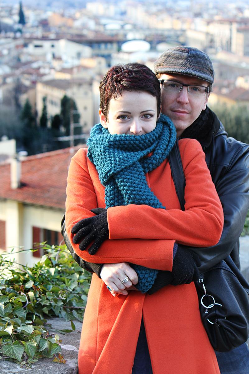iasmin-e-gabriele-servizio-fotografico-firenze-san-valentino-abbraccio-cappotto-arancione