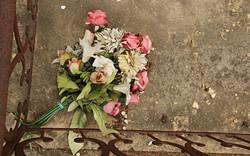 mazzo-di-fiori-finti-cimitero