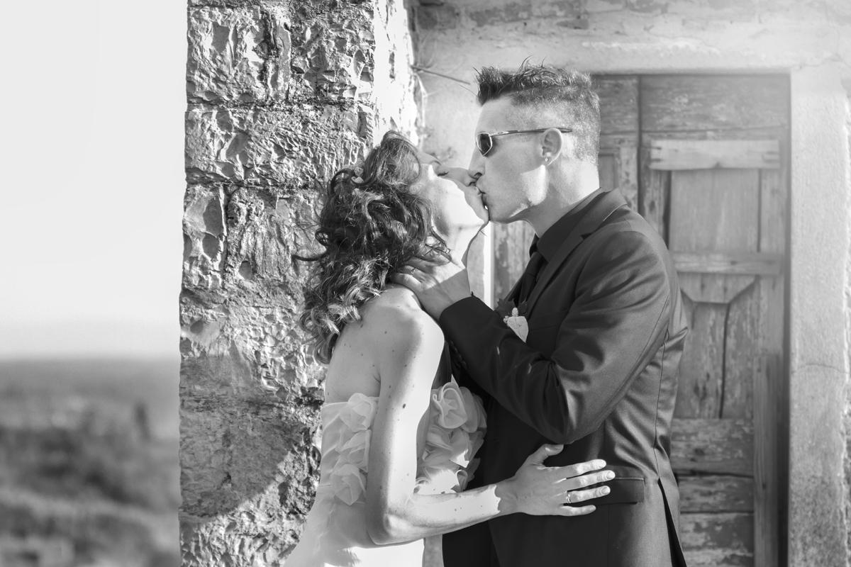 matrimonio-cristina-e-matteo-toscana-castello-nipozzano-bacio