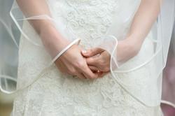 mani-sposa-dettaglio-vestito-bianco-e-ri