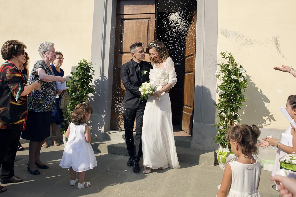 matrimonio-cristina-e-matteo-toscana-lancio-del-riso-sposi
