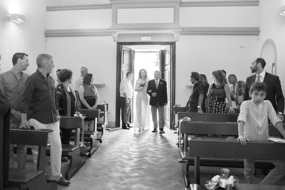 matrimonio-cristina-e-matteo-toscana-entrata-sposa-chiesa