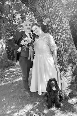 caludia-e-francesco-matrimonio-toscana-sposi-con-cane-bianco-e-nero