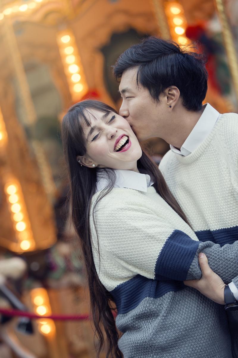 servizio-fotografico-coppia-bacio-sulla-guancia-giostra-firenze