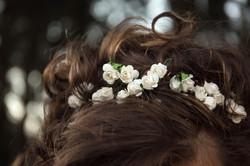 matrimonio-cristina-e-matteo-toscana-dettaglio-cerchietto-roselline-sposa