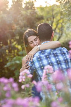 abbraccio-fidanzati-fiori
