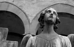 statua-cimitero-angelo-bianco-e-nero