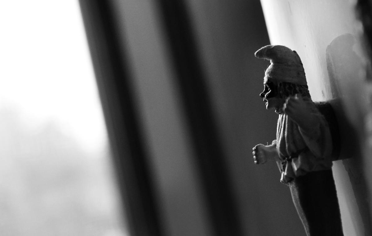 statuina-di-pulcinella-bianco-e-nero