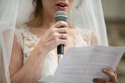dettaglio-sposa-che-legge-al-microfono