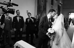 matrimonio-paulo-e-nichols-firenze-primavera-bacio-in-chiesa