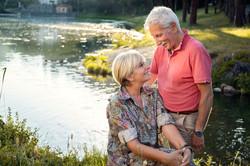 coppia-che-si-guarda-sulle-rive-del-lago
