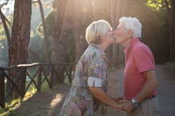 bacio-coppia-anziana
