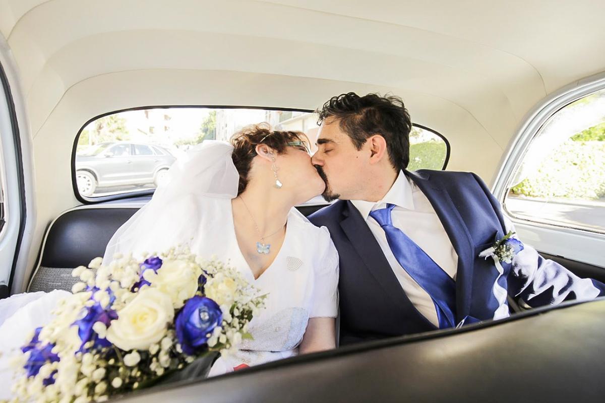 bacio-sposi-in-auto
