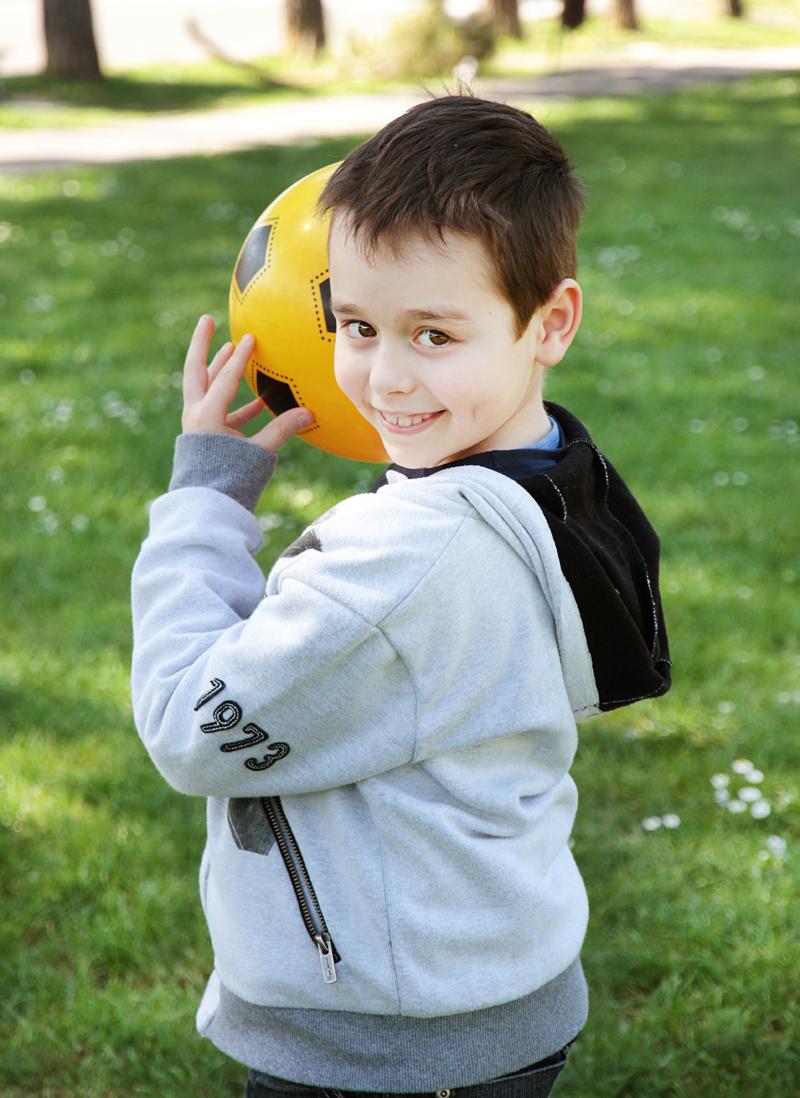 servizio-fotografico-bambino-firenze-pallone-prato-verde