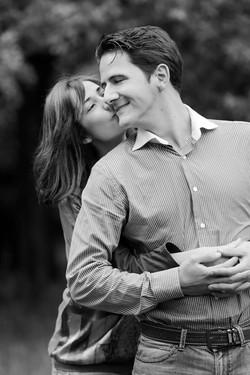 eva-e-paolo-servizio-fotografico-coppia-sesto-fiorentino-bacio-sulla-guancia-bianco-e-nero