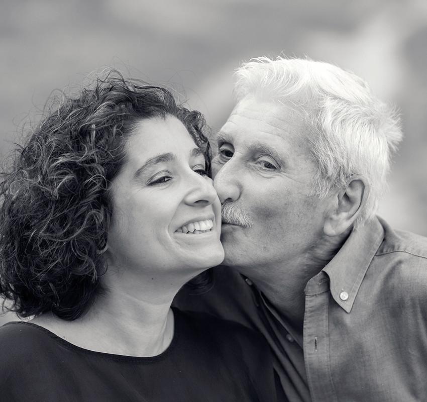 padre-e-figlia-bacio-bianco-e-nero