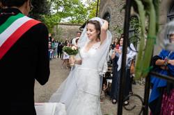 sposa-che-si-tiene-il-velo-cerimonia-civ