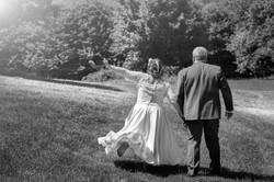 caludia-e-francesco-matrimonio-toscana-sposi-passeggiata