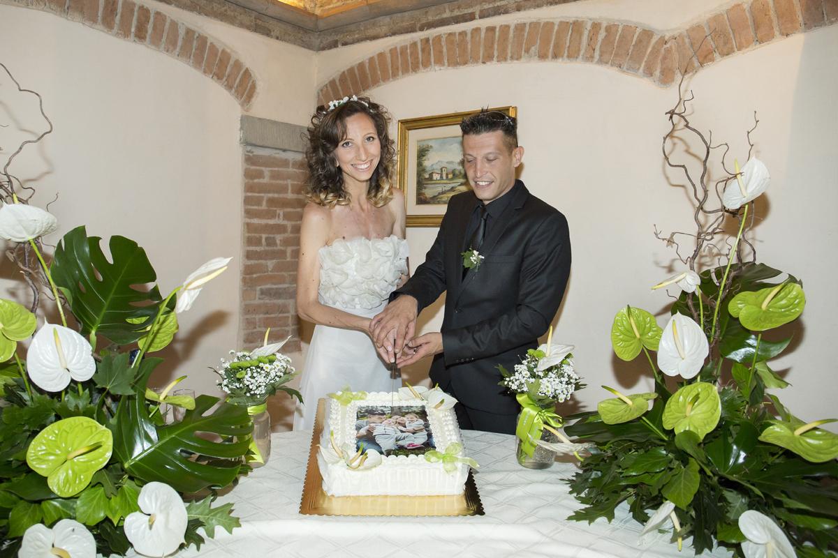 matrimonio-cristina-e-matteo-toscana-taglio-torta-al-chiuso