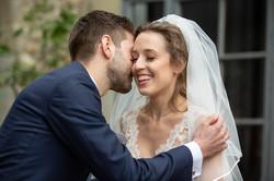 sposa-che-sorride-con-sposo-che-la-bacia