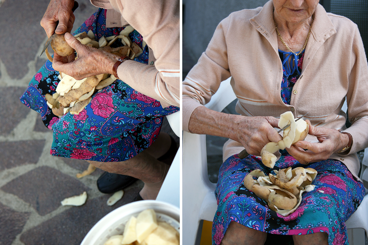 donna-anziana-che-taglia-patate