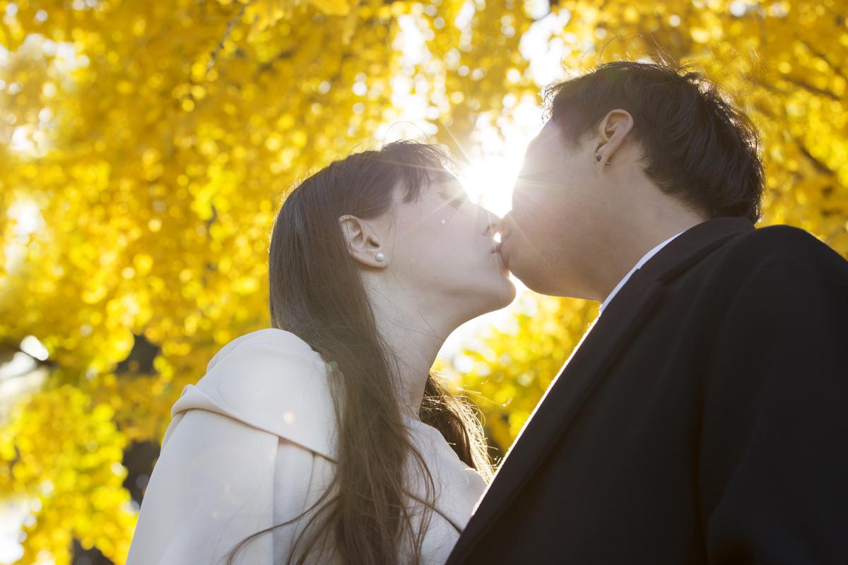 servizio-fotografico-coppia-albero-giallo-bacio