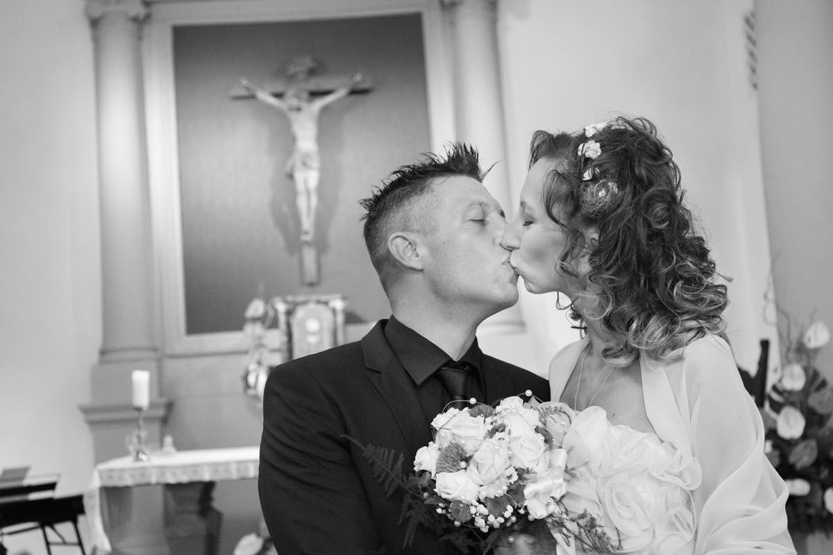 matrimonio-cristina-e-matteo-toscana-bacio-chiesa