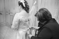 caludia-e-francesco-matrimonio-toscana-vestazione-sposa