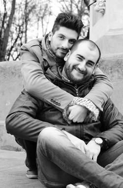 marco-e-swann-servizio-fotografico-coppia-gay-abbraccio-in-nianco-e-nero