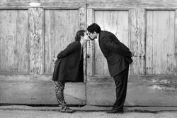 vanessa-e-massimiliano-servizio-fotografico-prematrimoniale-bacio-porta-antica