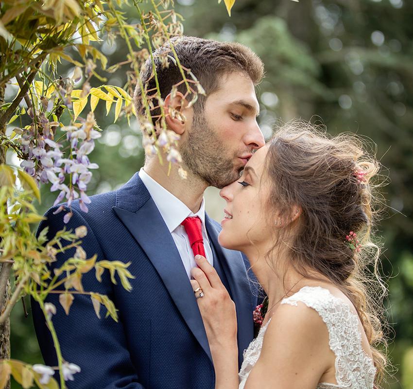 ritratto-sposi-con-glicine-bacio